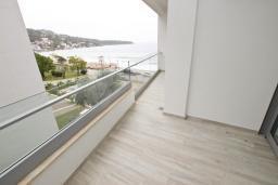 Балкон. Черногория, Сутоморе : Современный апартамент возле пляжа, с большой гостиной, отдельной спальней, балконом и боковым видом на море
