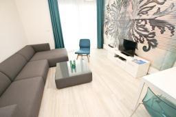 Гостиная. Черногория, Сутоморе : Современный апартамент возле пляжа, с большой гостиной, двумя отдельными спальнями, балконом с боковым видом на море