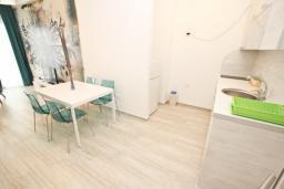 Кухня. Черногория, Сутоморе : Современный апартамент возле пляжа, с большой гостиной, двумя отдельными спальнями, балконом с боковым видом на море