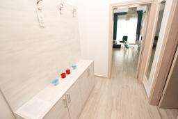 Коридор. Черногория, Сутоморе : Современный апартамент возле пляжа, с большой гостиной, двумя отдельными спальнями, балконом с боковым видом на море