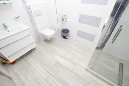 Ванная комната. Черногория, Сутоморе : Современный апартамент возле пляжа, с большой гостиной, двумя отдельными спальнями, балконом с боковым видом на море