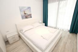 Спальня. Черногория, Сутоморе : Современный апартамент возле пляжа, с большой гостиной, двумя отдельными спальнями, балконом с боковым видом на море