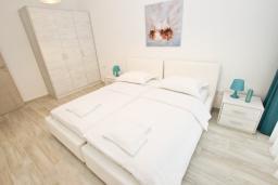 Спальня 2. Черногория, Сутоморе : Современный апартамент возле пляжа, с большой гостиной, двумя отдельными спальнями, балконом с боковым видом на море