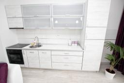 Кухня. Черногория, Добра Вода : Современный апартамент возле пляжа, с балконом и шикарным видом на море, с просторной гостиной, двумя отдельными спальнями и двумя ванными комнатами