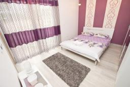 Спальня. Черногория, Добра Вода : Современный апартамент возле пляжа, с балконом и шикарным видом на море, с просторной гостиной, двумя отдельными спальнями и двумя ванными комнатами