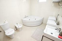 Ванная комната. Черногория, Добра Вода : Современный апартамент возле пляжа, с балконом и шикарным видом на море, с просторной гостиной, двумя отдельными спальнями и двумя ванными комнатами