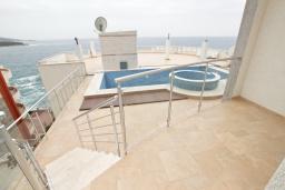 Балкон. Черногория, Добра Вода : Современный апартамент возле пляжа, с балконом и шикарным видом на море, с просторной гостиной, двумя отдельными спальнями и двумя ванными комнатами