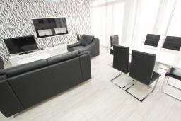 Гостиная. Черногория, Добра Вода : Современный апартамент возле пляжа, с балконом и шикарным видом на море, с просторной гостиной, двумя отдельными спальнями и двумя ванными комнатами