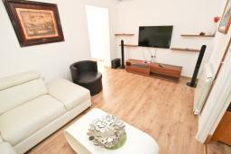 Гостиная. Черногория, Булярица : Просторный апартамент с большой гостиной, двумя спальнями и террасой, для 4-5 человек