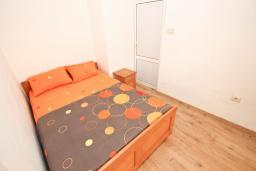 Спальня. Черногория, Булярица : Просторный апартамент с большой гостиной, двумя спальнями и террасой, для 4-5 человек