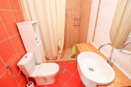 Ванная комната. Черногория, Булярица : Просторный апартамент с большой гостиной, двумя спальнями и террасой, для 4-5 человек