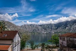 Вид на море. Черногория, Столив : Трехэтажный каменный дом в 20 метрах от пляжа, с большой гостиной-столовой, с двумя кухнями, с шестью отдельными спальнями и ванными комнатами, с сауной, с большой зеленой территорией