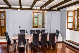 Гостиная. Черногория, Столив : Трехэтажный каменный дом в 20 метрах от пляжа, с большой гостиной-столовой, с двумя кухнями, с шестью отдельными спальнями и ванными комнатами, с сауной, с большой зеленой территорией