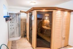 Сауна. Черногория, Столив : Трехэтажный каменный дом в 20 метрах от пляжа, с большой гостиной-столовой, с двумя кухнями, с шестью отдельными спальнями и ванными комнатами, с сауной, с большой зеленой территорией