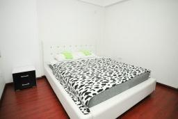 Спальня 2. Черногория, Добра Вода : Апартамент с балконом и видом на море, с большой гостиной и двумя отдельными спальнями