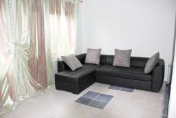 Спальня. Черногория, Добра Вода : Двухэтажный дом в тихом районе, с местом для парковки и двориком.