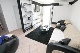 Гостиная. Черногория, Рафаиловичи : Апартамент в 100 метрах от моря, с гостиной и отдельной спальней