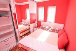 Спальня. Черногория, Рафаиловичи : Апартамент в 100 метрах от моря, с гостиной и отдельной спальней