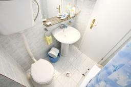 Ванная комната. Черногория, Рафаиловичи : Апартамент в 100 метрах от моря, с гостиной и отдельной спальней