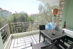 Балкон. Черногория, Рафаиловичи : Апартамент в 100 метрах от моря, с гостиной и отдельной спальней