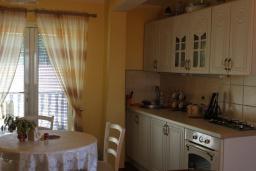 Кухня. Черногория, Добра Вода : Этаж дома в тихом районе, с большой гостиной, спальней и террасой с шикарным видом на море