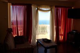 Гостиная. Черногория, Добра Вода : Этаж дома в тихом районе, с большой гостиной, спальней и террасой с шикарным видом на море
