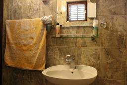 Ванная комната. Черногория, Шушань : Трехместные апартаменты со спальной комнатой и кухней-столовой на террасе