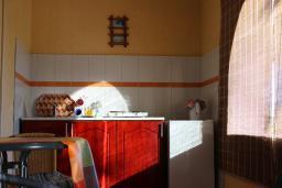 Кухня. Черногория, Шушань : Трехместные апартаменты со спальной комнатой и кухней-столовой на террасе