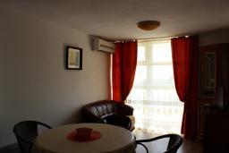 Гостиная. Черногория, Шушань : Шестиместные апартаменты с балконом на море, двумя спальными комнатами, кухней –гостиной