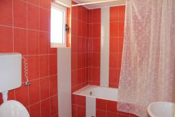 Ванная комната. Черногория, Шушань : Шестиместные апартаменты с балконом на море, двумя спальными комнатами, кухней –гостиной