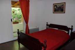 Спальня. Черногория, Шушань : Шестиместные апартаменты с балконом на море, двумя спальными комнатами, кухней –гостиной