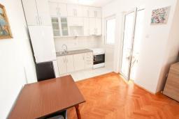 Обеденная зона. Черногория, Петровац : Апартаменты с гостиной и отдельной спальней, с балконом и видом на море