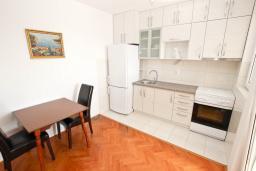 Кухня. Черногория, Петровац : Апартаменты с гостиной и отдельной спальней, с балконом и видом на море