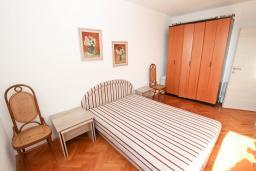 Спальня. Черногория, Петровац : Апартаменты с гостиной и отдельной спальней, с балконом и видом на море