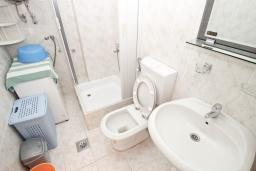 Ванная комната. Черногория, Петровац : Апартаменты с гостиной и отдельной спальней, с балконом и видом на море