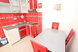 Обеденная зона. Черногория, Рафаиловичи : Апартамент в 70 метрах от моря, с большой гостиной, отдельной спальней и балконом