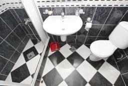 Ванная комната. Черногория, Рафаиловичи : Апартамент в 70 метрах от моря, с большой гостиной, отдельной спальней и балконом