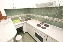 Кухня. Черногория, Рафаиловичи : Апартамент в 70 метрах от моря, с большой гостиной, отдельной спальней и балконом