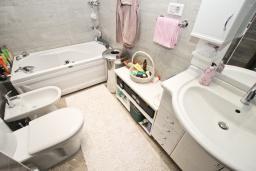 Ванная комната. Черногория, Пржно / Милочер : Вилла с бассейном и шикарным видом на море, с большой гостиной, двумя отдельными спальнями и двумя ванными комнатами, с террасой, местом для барбекю и парковки.