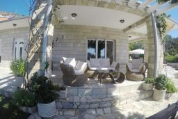 Терраса. Черногория, Пржно / Милочер : Вилла с бассейном и шикарным видом на море, с большой гостиной, двумя отдельными спальнями и двумя ванными комнатами, с террасой, местом для барбекю и парковки.