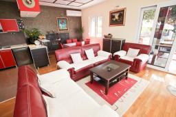 Гостиная. Черногория, Пржно / Милочер : Вилла с бассейном и шикарным видом на море, с большой гостиной, двумя отдельными и третьей спальней, гостиной в отдельном доме в 15-ти метрах, с террасой, местом для барбекю и парковки.