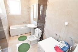 Ванная комната. Черногория, Герцег-Нови : Трехэтажная вилла с бассейном, вдали от шума и городской суеты, с большой гостиной, тремя отдельными спальнями и ванными комнатами, с зеленой территорией и местом для парковки.