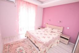 Спальня. Черногория, Герцег-Нови : Трехэтажная вилла с бассейном, вдали от шума и городской суеты, с большой гостиной, тремя отдельными спальнями и ванными комнатами, с зеленой территорией и местом для парковки.