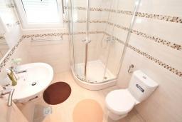 Ванная комната 2. Черногория, Герцег-Нови : Трехэтажная вилла с бассейном, вдали от шума и городской суеты, с большой гостиной, тремя отдельными спальнями и ванными комнатами, с зеленой территорией и местом для парковки.