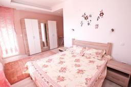 Спальня 2. Черногория, Герцег-Нови : Трехэтажная вилла с бассейном, вдали от шума и городской суеты, с большой гостиной, тремя отдельными спальнями и ванными комнатами, с зеленой территорией и местом для парковки.