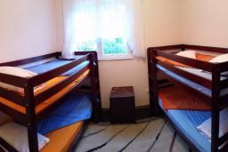 Спальня 3. Черногория, Герцег-Нови : Трехэтажная вилла с бассейном, вдали от шума и городской суеты, с большой гостиной, тремя отдельными спальнями и ванными комнатами, с зеленой территорией и местом для парковки.