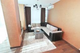 Гостиная. Черногория, Бечичи : Апартамент с просторной гостиной, тремя спальнями, двумя балконами и видом на море
