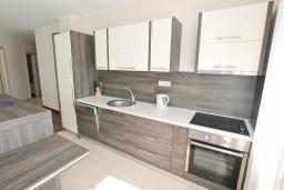 Кухня. Черногория, Бечичи : Апартамент с просторной гостиной, тремя спальнями, двумя балконами и видом на море
