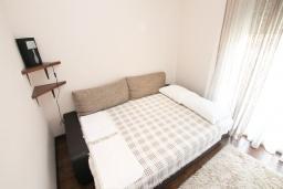 Спальня 2. Черногория, Бечичи : Апартамент с просторной гостиной, тремя спальнями, двумя балконами и видом на море