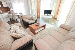 Гостиная. Черногория, Бечичи : Апартамент с просторной гостиной, двумя спальнями и балконом с видом на море.